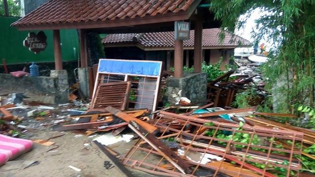 Cảnh tượng tan hoang tại Indonesia sau trận sóng thần khiến 62 người chết - Ảnh 4.