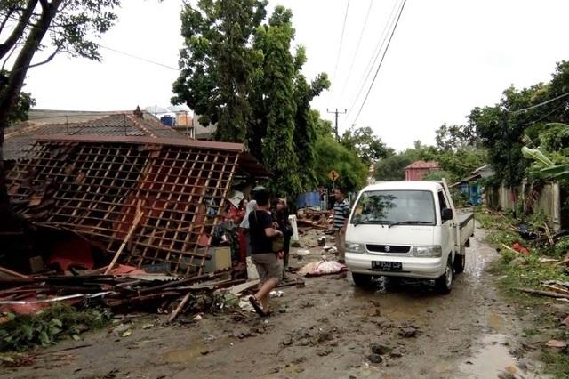 Cảnh tượng tan hoang tại Indonesia sau trận sóng thần khiến 62 người chết - Ảnh 5.
