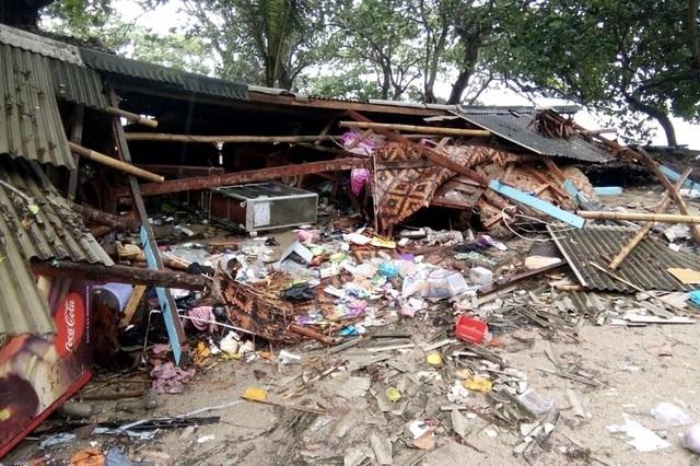 Cảnh tượng tan hoang tại Indonesia sau trận sóng thần khiến 62 người chết - Ảnh 6.