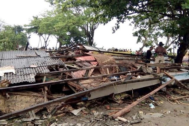 Cảnh tượng tan hoang tại Indonesia sau trận sóng thần khiến 62 người chết - Ảnh 7.