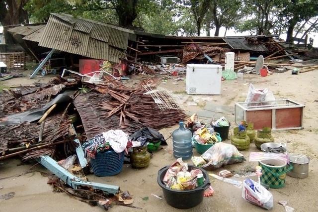 Cảnh tượng tan hoang tại Indonesia sau trận sóng thần khiến 62 người chết - Ảnh 8.