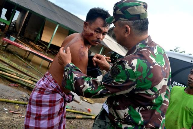 Cảnh tượng tan hoang tại Indonesia sau trận sóng thần khiến 62 người chết - Ảnh 13.