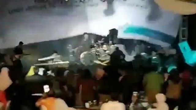 """Khoảnh khắc sóng thần """"cuốn phăng"""" ban nhạc biểu diễn tại Indonesia - Ảnh 2."""