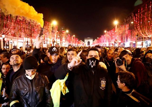 """Pháp tiếp tục chìm trong bạo động, 140 người """"Áo vàng"""" bị bắt - Ảnh 3."""
