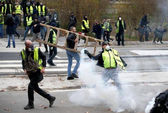"""Pháp tiếp tục chìm trong bạo động, 140 người """"Áo vàng"""" bị bắt - Ảnh 4."""