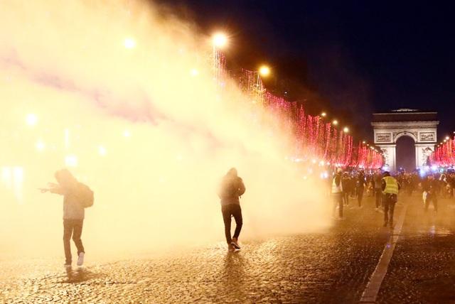 """Pháp tiếp tục chìm trong bạo động, 140 người """"Áo vàng"""" bị bắt - Ảnh 5."""