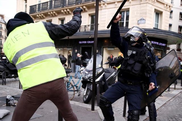 """Pháp tiếp tục chìm trong bạo động, 140 người """"Áo vàng"""" bị bắt - Ảnh 6."""