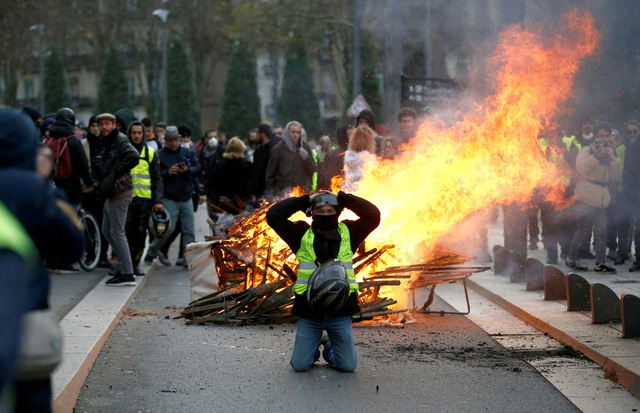 """Pháp tiếp tục chìm trong bạo động, 140 người """"Áo vàng"""" bị bắt - Ảnh 7."""