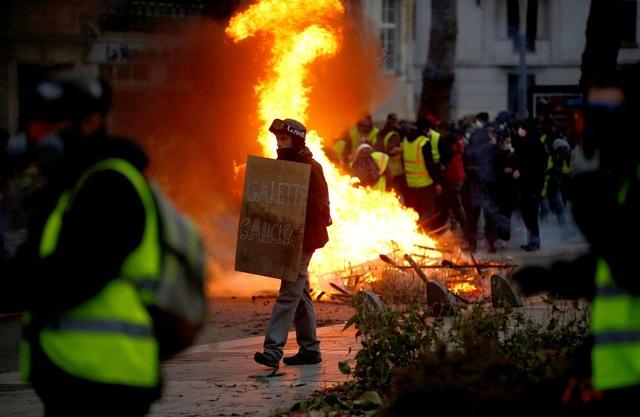 """Pháp tiếp tục chìm trong bạo động, 140 người """"Áo vàng"""" bị bắt - Ảnh 8."""