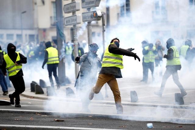 """Pháp tiếp tục chìm trong bạo động, 140 người """"Áo vàng"""" bị bắt - Ảnh 2."""