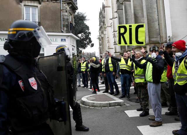 """Pháp tiếp tục chìm trong bạo động, 140 người """"Áo vàng"""" bị bắt - Ảnh 9."""