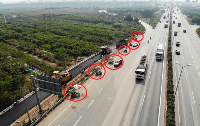 Lộn xộn hàng rong ở cửa ngõ giao thông lớn nhất Hà Nội - Ảnh 2.