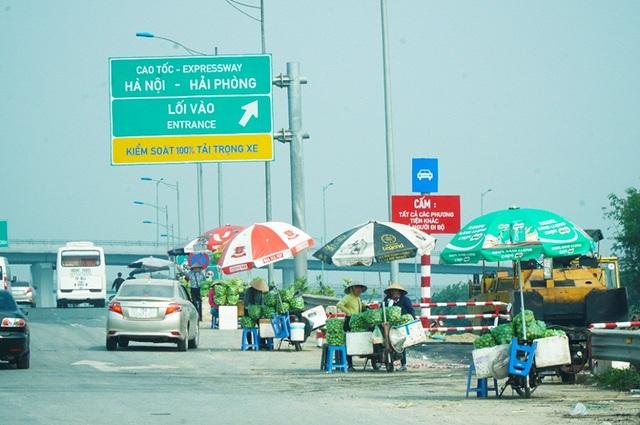 Lộn xộn hàng rong ở cửa ngõ giao thông lớn nhất Hà Nội - Ảnh 3.