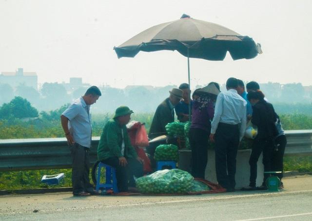 Lộn xộn hàng rong ở cửa ngõ giao thông lớn nhất Hà Nội - Ảnh 4.