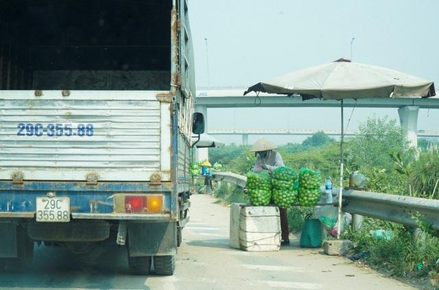 Lộn xộn hàng rong ở cửa ngõ giao thông lớn nhất Hà Nội - Ảnh 7.