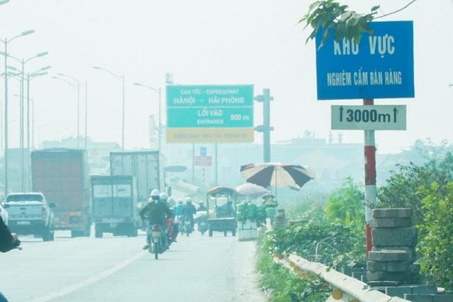 Lộn xộn hàng rong ở cửa ngõ giao thông lớn nhất Hà Nội - Ảnh 8.