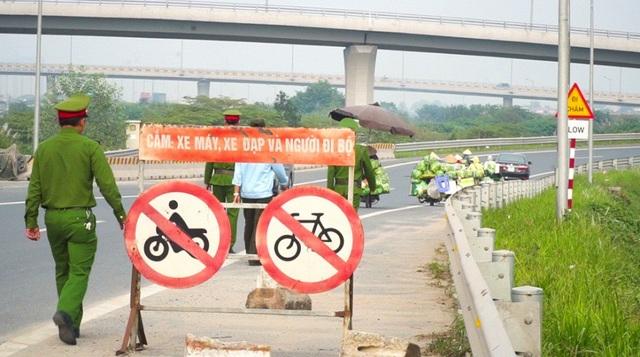 Lộn xộn hàng rong ở cửa ngõ giao thông lớn nhất Hà Nội - Ảnh 9.