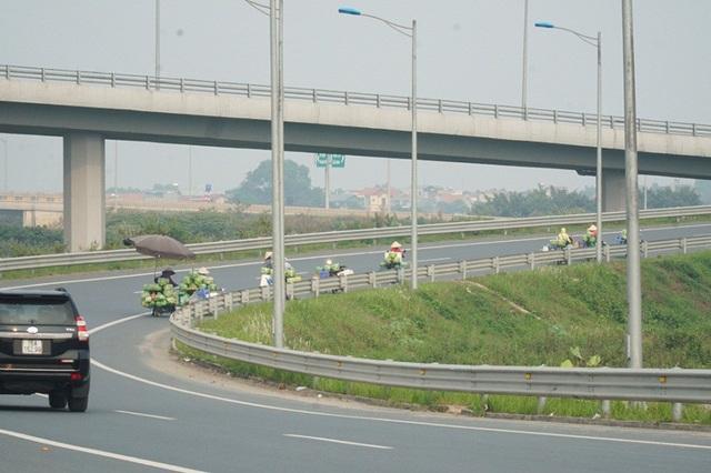Lộn xộn hàng rong ở cửa ngõ giao thông lớn nhất Hà Nội - Ảnh 10.