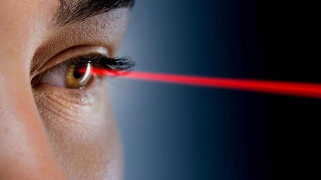 Mắt con người có thể phát ra những chùm tia bí ẩn - Ảnh 1.
