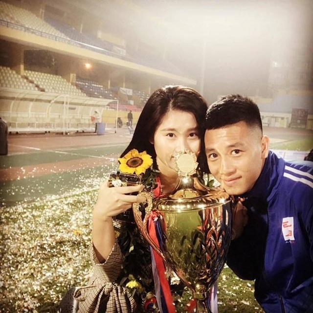 Tiền vệ Huy Hùng - cầu thủ chăm khoe ảnh bạn gái nhất tuyển Việt Nam - Ảnh 9.