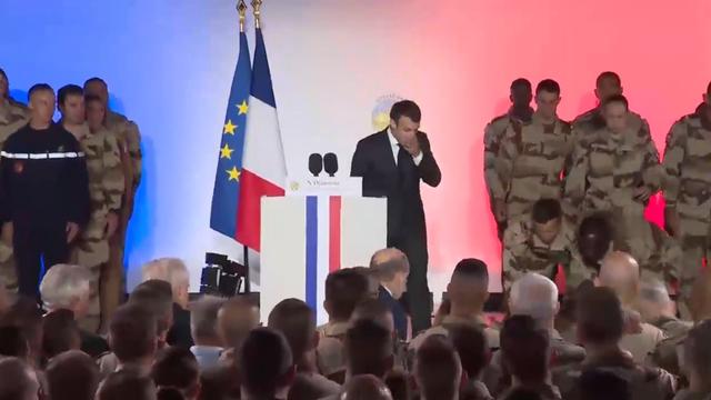 Binh sĩ ngất xỉu ngay trước mặt Tổng thống Pháp - Ảnh 2.