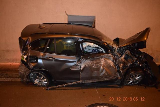 Tài xế buồn ngủ, xe BMW bay lên nóc hầm - Ảnh 3.