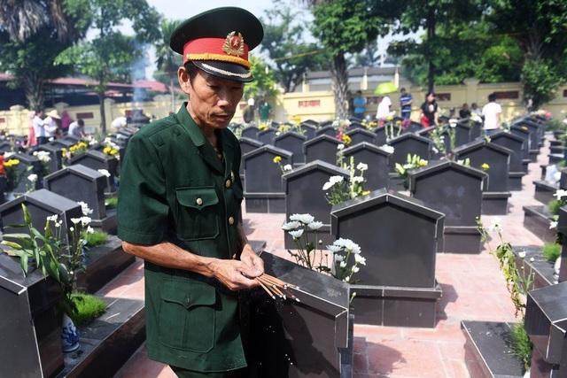 Giảng viên Mỹ viết về cuộc tìm kiếm không mệt mỏi 300.000 liệt sĩ Việt Nam mất tích - Ảnh 1.