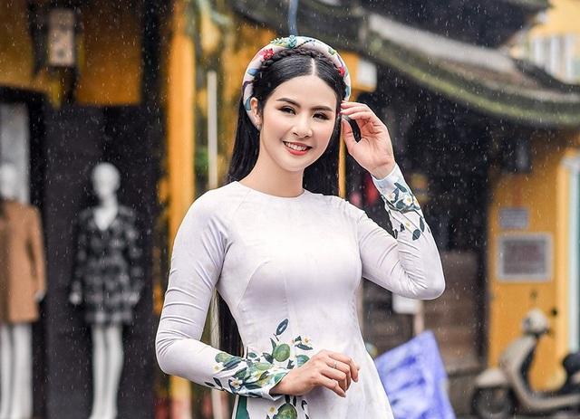 Nhân dịp năm mới 2019, Ngọc Hân xin gửi lời chúc đến độc giả Dân trí sẽ có một năm mới an khang, thịnh vượng. Đặc biệt các chị em phụ nữ sẽ có một năm mới tràn ngập sự tự tin, duyên dáng và xinh đẹp.