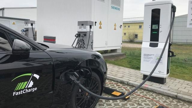 BMW và Porsche thử nghiệm hệ thống sạc nhanh cho xe chạy điện - Ảnh 1.