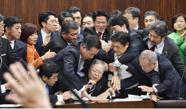 Nhật Bản tranh cãi chuyện trải thảm đón lao động nước ngoài - Ảnh 1.