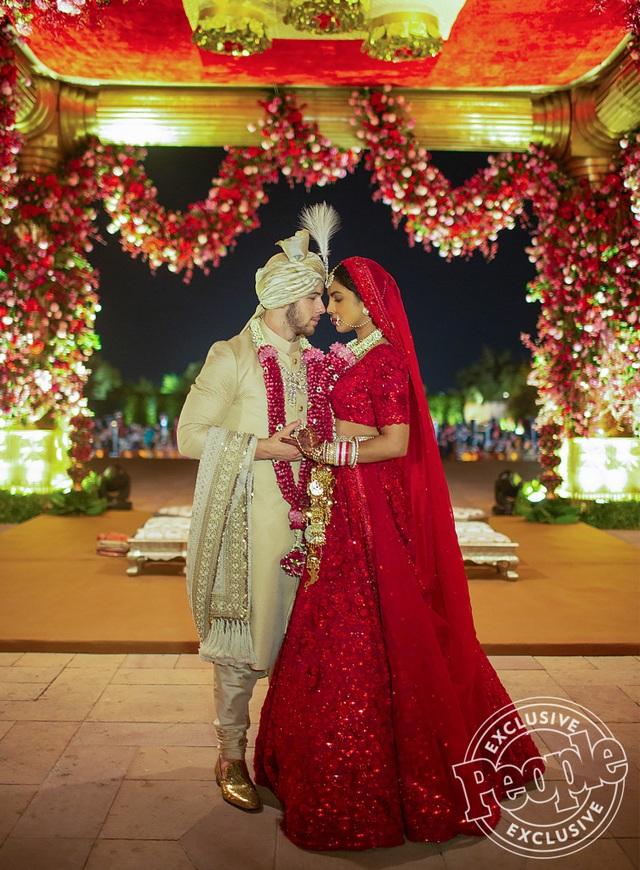 Trọn bộ váy cưới xa hoa của Priyanka Chopra - Ảnh 9.