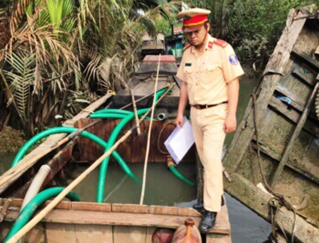 Chỉ vài ngày đầu năm 2019, PC08B đã bắt giữ, bàn giao Công an quận 9 tang vật cùng hàng loạt đối tượng có hành vi bơm hút cát trái phép trên sông Đồng Nai.