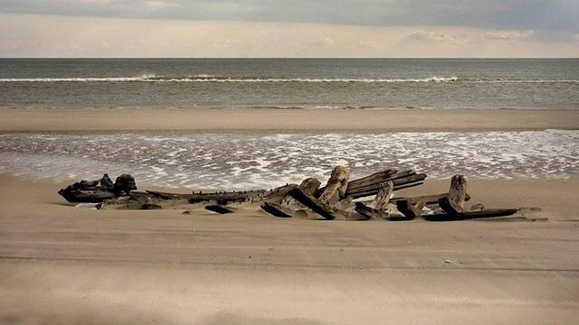 Phát hiện xác tàu cổ bí ẩn trên bờ biển Mỹ - Ảnh 1.
