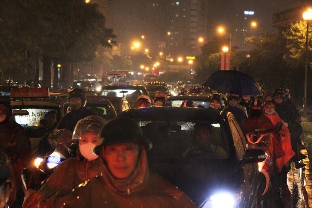 Người dân đổ ra bến xe về nghỉ Tết, đường phố Hà Nội ùn tắc trong mưa - Ảnh 12.