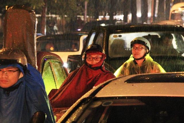 Người dân đổ ra bến xe về nghỉ Tết, đường phố Hà Nội ùn tắc trong mưa - Ảnh 13.