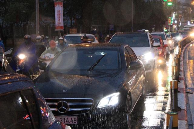 Người dân đổ ra bến xe về nghỉ Tết, đường phố Hà Nội ùn tắc trong mưa - Ảnh 23.