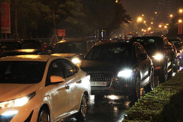 Người dân đổ ra bến xe về nghỉ Tết, đường phố Hà Nội ùn tắc trong mưa - Ảnh 27.