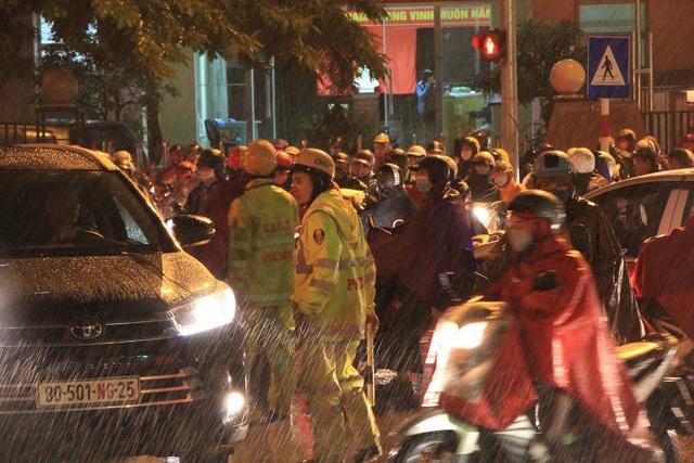 Người dân đổ ra bến xe về nghỉ Tết, đường phố Hà Nội ùn tắc trong mưa - Ảnh 28.