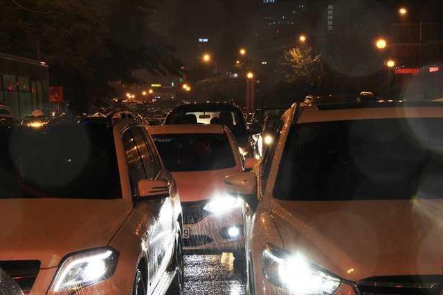 Người dân đổ ra bến xe về nghỉ Tết, đường phố Hà Nội ùn tắc trong mưa - Ảnh 14.