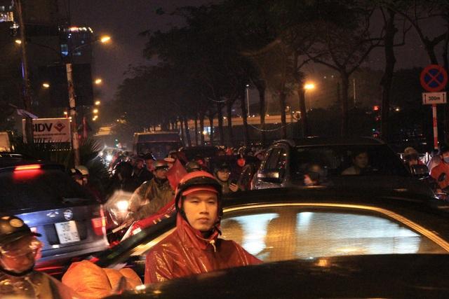 Người dân đổ ra bến xe về nghỉ Tết, đường phố Hà Nội ùn tắc trong mưa - Ảnh 15.