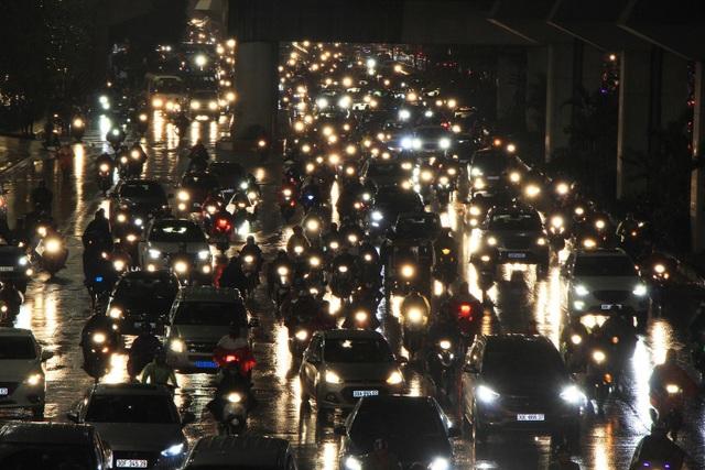 Người dân đổ ra bến xe về nghỉ Tết, đường phố Hà Nội ùn tắc trong mưa - Ảnh 16.