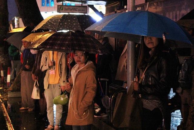 Người dân đổ ra bến xe về nghỉ Tết, đường phố Hà Nội ùn tắc trong mưa - Ảnh 17.