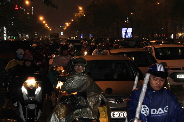 Người dân đổ ra bến xe về nghỉ Tết, đường phố Hà Nội ùn tắc trong mưa - Ảnh 18.