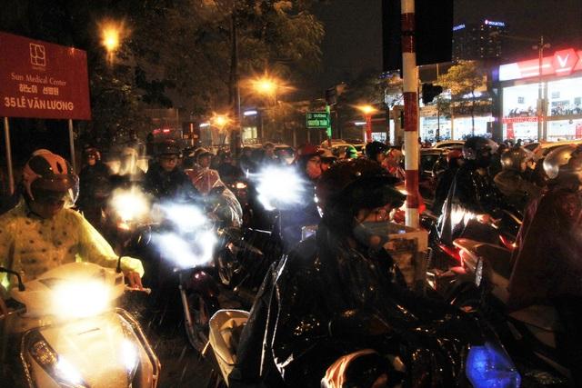 Người dân đổ ra bến xe về nghỉ Tết, đường phố Hà Nội ùn tắc trong mưa - Ảnh 19.