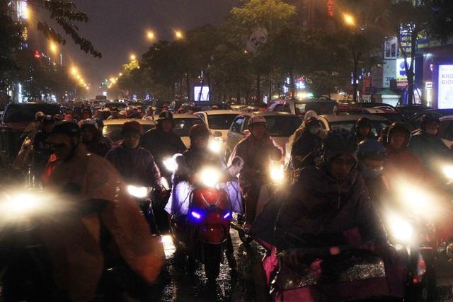 Người dân đổ ra bến xe về nghỉ Tết, đường phố Hà Nội ùn tắc trong mưa - Ảnh 20.