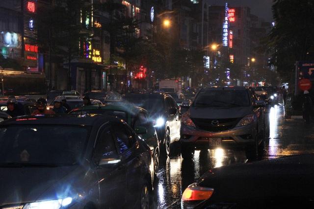 Người dân đổ ra bến xe về nghỉ Tết, đường phố Hà Nội ùn tắc trong mưa - Ảnh 21.