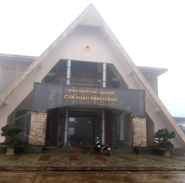 Cửa khẩu Đắc Ốc huyện Nam Giang, nơi các phương tiện chở gỗ làm thủ tục đi qua theo Quốc lộ 14D. Tuy nhiên, tỉnh Quảng Nam cho rằng vì đường xuống cấp nên tạm dừng cho xe chở gỗ lưu thông trên tuyến đường này