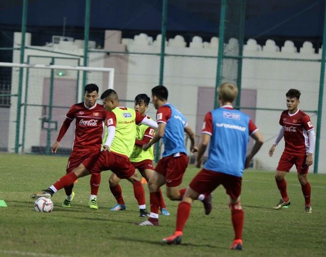 Đội tuyển Việt Nam rèn miếng đánh trong buổi tập đầu tiên ở Qatar - Ảnh 2.