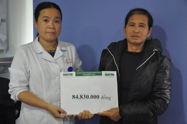 Thạc sĩ Lưu Hoàng Linh - Phó phòng CTXH bệnh viện E trao tiền đến gia đình chị Tâm.