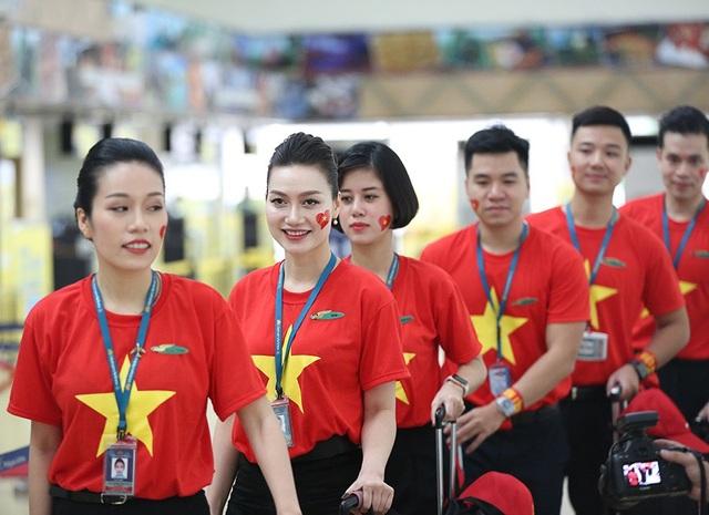 Đội tiếp viên hàng không chuẩn bị lên máy bay cùng đội tuyển Việt Nam
